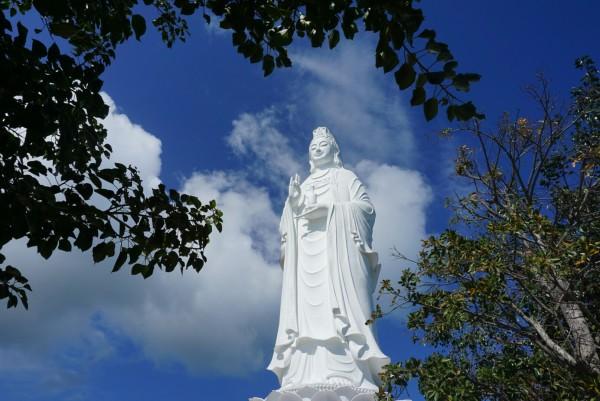 山茶半岛上的佛滩灵应寺里的观音像