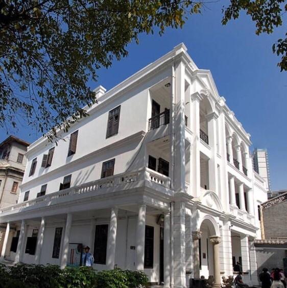 主体建筑为仿欧式风格砖木结构三层楼房,坐北朝南,廊式结构.