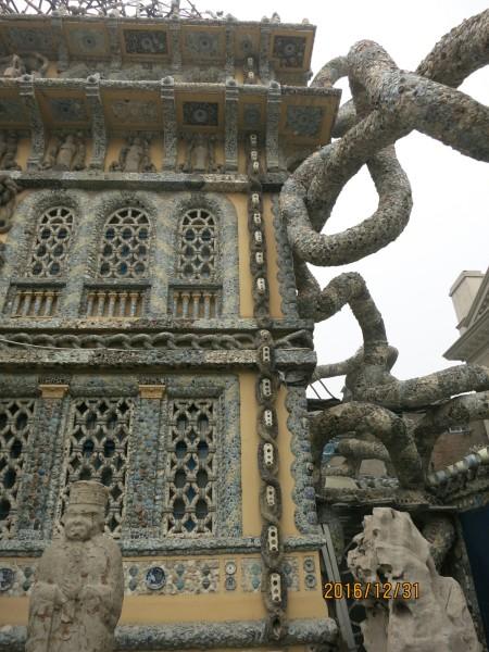 瓷房子的围墙由数百个民国和晚清时期的古瓷瓶垒砌串联而成,名平安墙