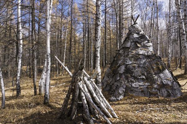 这种搭建在树上的小房子叫奥伦,是鄂伦春猎人为储藏物品设置的高脚
