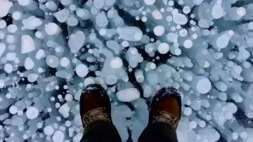 新疆的冰泡湖