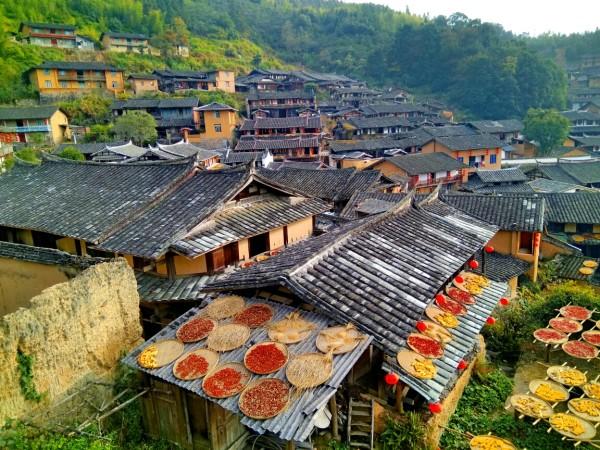 路上有标识桂峰古民居.