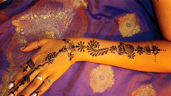 印度手绘也被称为海娜纹身,但并不像纹身是刺上去的,而是用天然原料在