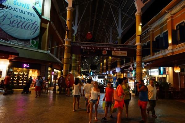 泰国 游记   酒店离江西冷和海鲜市场非常近,晚上街上人山人海,像是在