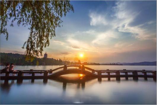 观三潭印月岛,苏堤,白堤(约40分钟),上船后游览西湖十景之一的【花港