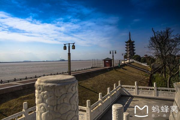 爱上自驾,是因为中国的高速公路。 爱上它的绵延,无穷无尽;爱上它的巍峨,山恋起伏;爱上它的辽阔,一马平川:爱上它的妖娆,小桥流水人家。爱上它的变幻,风雪雷电还有白云飘飘。 一路风景,不要门票。  2017年一月,期末考试结束,因为要去上海签证(春节去希腊),我们安排了四日浙江游。 第一天住上海大学旁的《如家》,第二天上午办签证,下午二小时到宁波入住《亚朵》,第三天早上一小时车程到普陀,开始普陀一日游。晚上回宁波住《亚朵》。第四天从宁波出发一小时到盐官,领略盐官观潮,继续行程,二小时后到达千岛湖,入住《润
