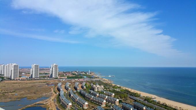 东戴河旅游区,位于辽宁葫芦岛市绥中县,交通网络四通八达.