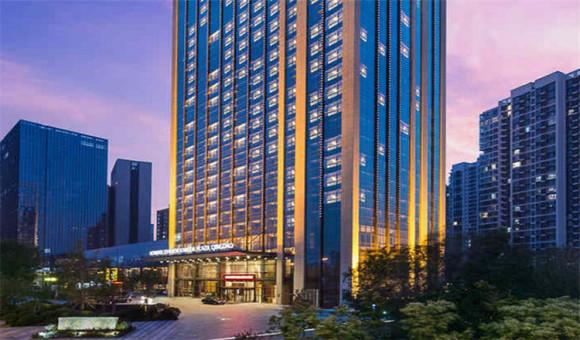 青岛康大豪生大酒店地处青岛市经济技术开发区商业中心,毗邻青岛美丽