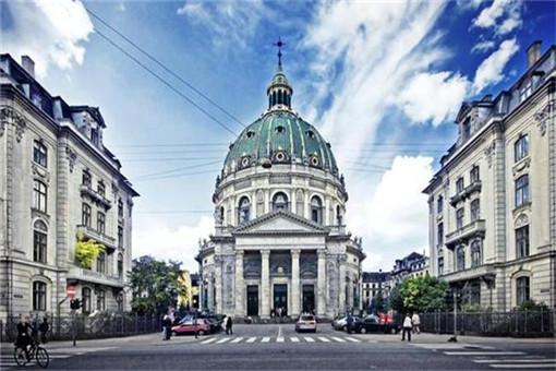 四周是皇宫及政府建筑物的皇宫广场.