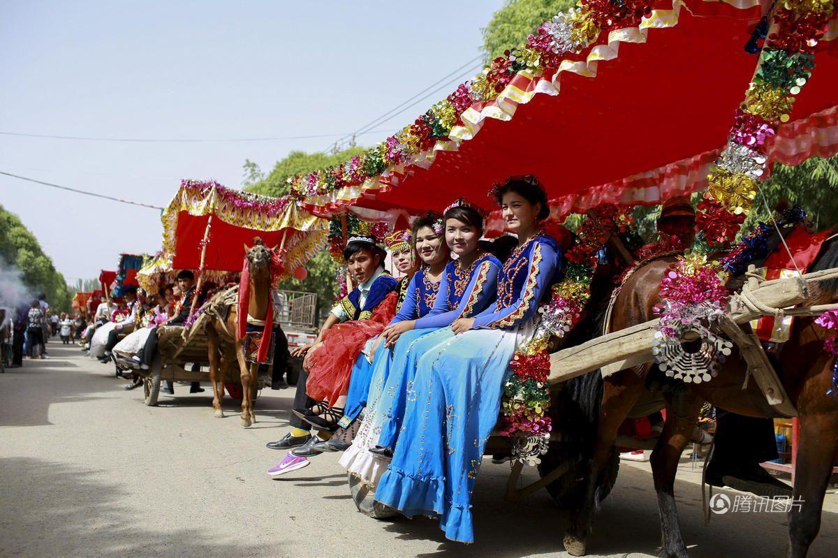 维吾尔族传统婚礼:新人乘马车,亲友跳舞助兴!
