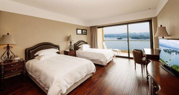 所有房间均带有宽敞的180度观景阳台,可饱览千岛湖碧水蓝天,葱郁怡人