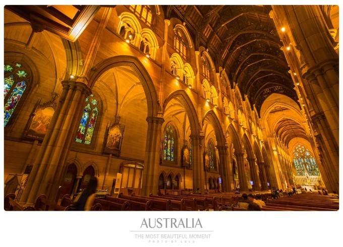 教堂最迷人的地方是那些彩绘玻璃,每扇窗户都是一个圣经故事,人物