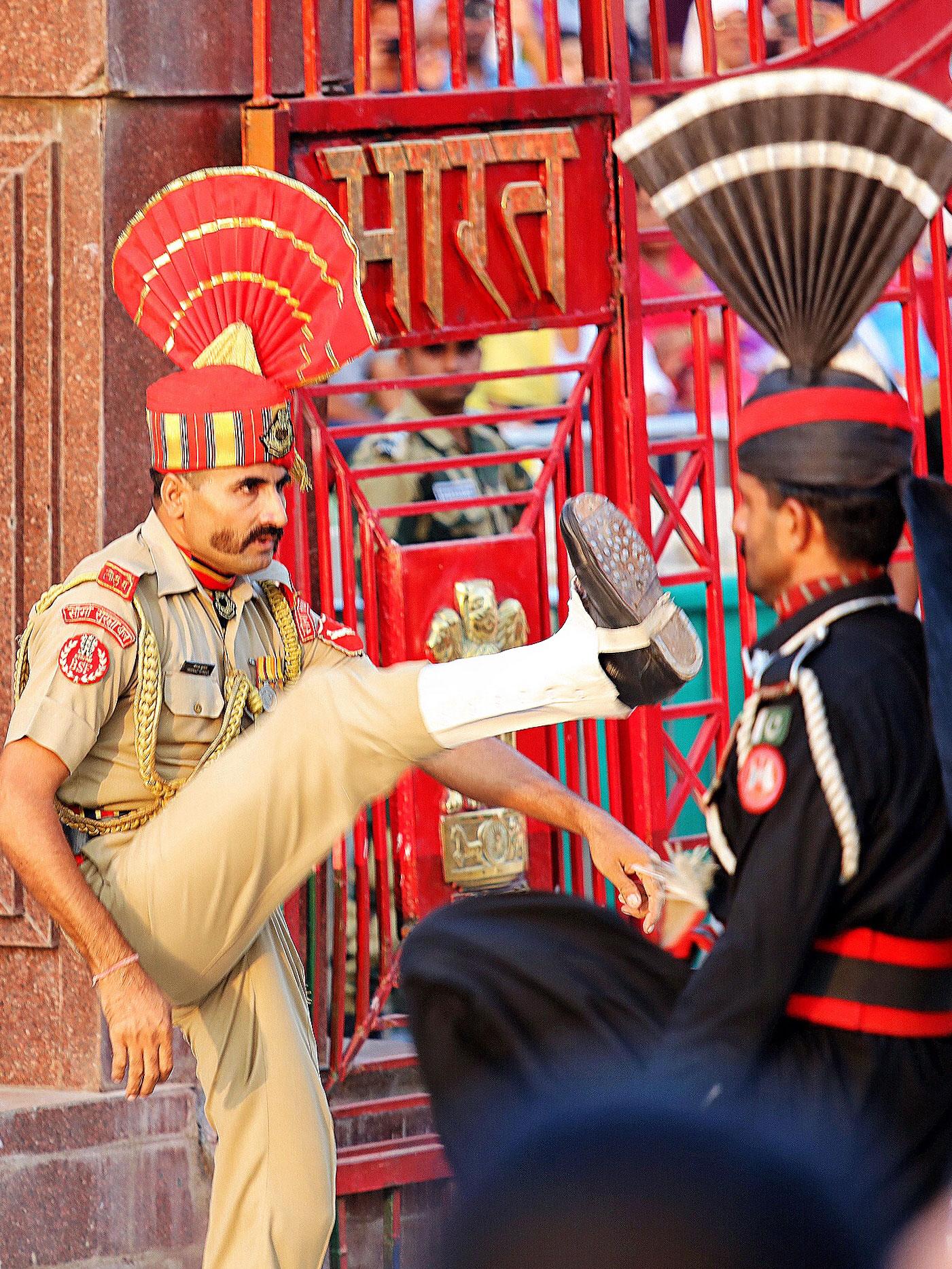 一言不合就开打?发生在印巴边界上的全世界最奇葩降旗仪式_游记