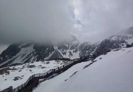 一个高山入云的雪山