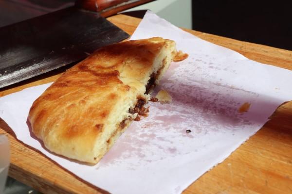 5   这是   大理   古镇买的鲜花饼,古镇到处都是卖鲜花饼的,其实整个   8.23美食   这是在   喜洲   买的   喜洲   粑粑,味道一般,后来还看到有些粑