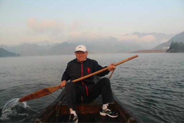 D1 从上海出发的第一天,我们的自驾车队一共有7辆,除了4辆车要跟着某骑行俱乐部的骑友,为他们及家人提供支援和补给外,我们有仨车在千岛湖都是一路同行。 9月30日一早七点左右,七辆车分头从上海市区的家出发,计划乘早离开上海,沿G60(沪杭)高速开。最早出发的车友在驶上沪杭高速后就发来讯息,堵在了枫泾附近!我因出门前把钥匙留在了门内锁孔里,耽搁了出发,直到七点半才上内环。 听到堵车消息,立马转申嘉湖高速,并通知其他在G60上的车友,设法转S23。之后,一路顺畅,一路高歌,十点就进入了杭州绕城高速。 想得再周