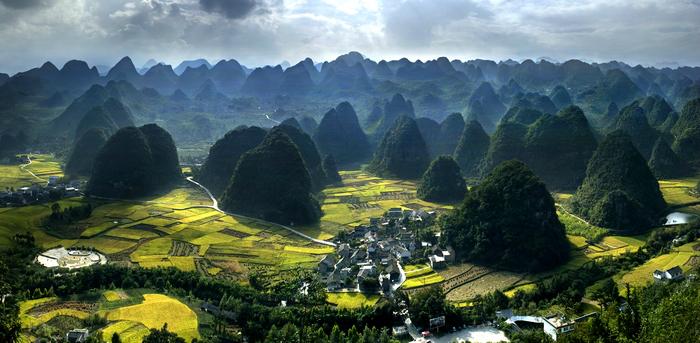 三十七种漂亮�yg���%���_万峰林   万峰林是国家级马岭河峡谷--万峰林重点风景名胜区的三个