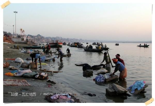 上图:河边的男洗衣匠们,其实这会还有很多人正在河边,有的洗脸刷牙,有的沐浴,有的在清洁.