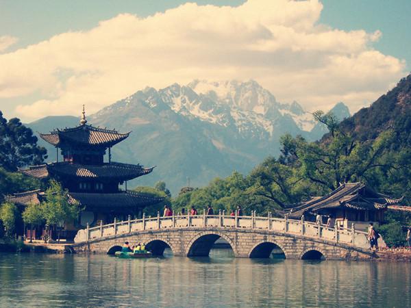 从昆明飞往丽江只要45分钟,丽江的飞机场离市区只有28公里.