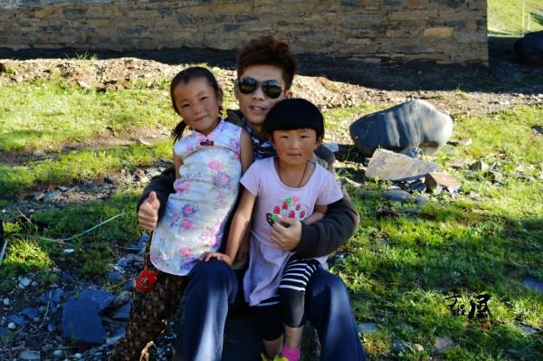 游玩的时候偶遇两名藏族小孩儿
