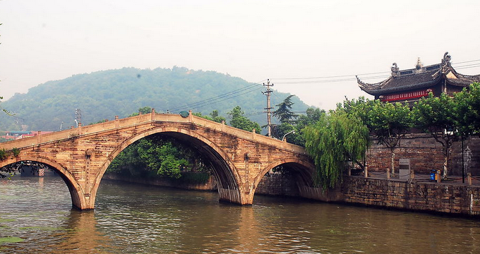 余姚市位于中国宁绍平原,地处美丽富庶的长江三角洲南翼,是浙江省宁波