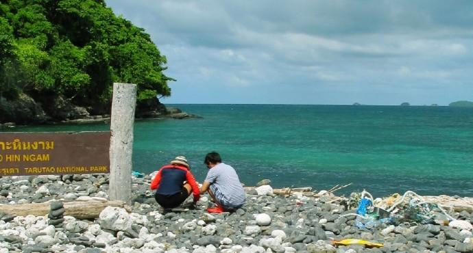 --叠石岛(Koh Hin Ngam)是丽贝岛周边的一座小岛,岛上铺满了黑白色的石头,踩上去吱吱作响。 --这里是当地一日游行程里的必游景点。 --当地渔民相信,将12块岛上的石头叠在一起可以祈求一年的好运。