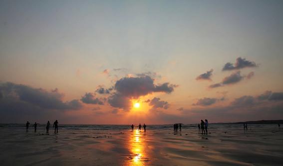 龙凤头海滨浴场,位于平潭岛东部海坛湾,海滩宽500米,连绵9.
