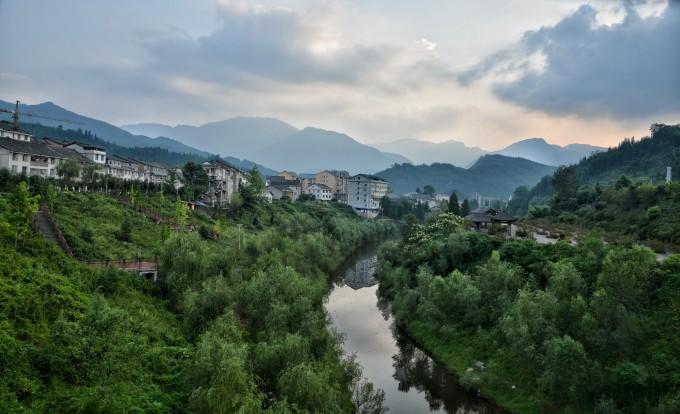 晚饭后围着瓦屋山镇散步,宁静的小镇,祥和 小镇外的小河 河边种植图片