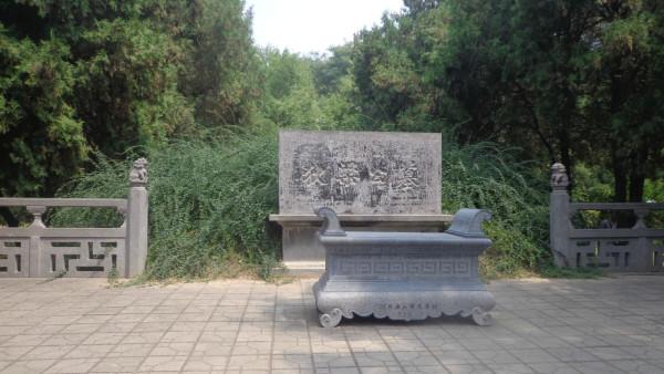 西哈努克亲王,经周总理批示而进行的。 1961年,国务院公布白马寺为第一批全国重点文物保护单位。文革之时,白马寺也惨遭破坏。佛像被砸,经卷被烧。相传为摄摩腾、竺法兰二高僧带来的极为珍贵的三十余片贝叶经也化作灰烬。1983年,国务院又公布白马寺为全国汉传佛教重点寺院。前不久,即2001年6月2日,白马寺又被国家旅游局定为国家4A级旅游景点。   关于白马寺的创建,最流行的一种说法即白马驮经说。据在关佛籍记载,东汉永平七年的一天晚上,汉明帝刘庄(刘秀之子)夜宿南宫,梦见一个身高丈六,头顶放光的金人自西方