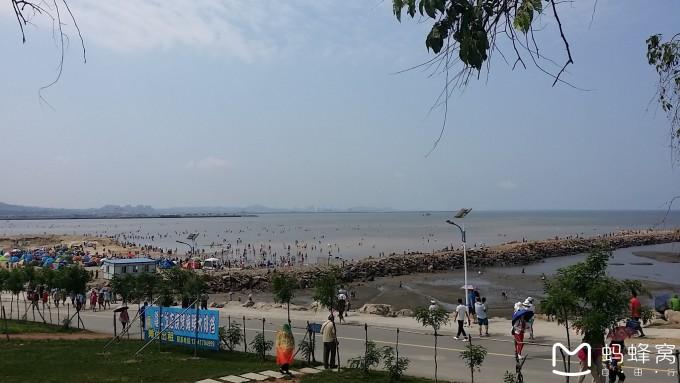 北海游泳偷拍_沙细浪缓滩平,海水清澈湛蓝,是游泳亲海的好去处,随着北海旅游产业的
