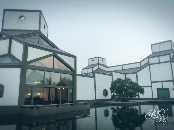 玻璃,钢铁结构让现代人可以在室内借到大片天光,开放式钢结构