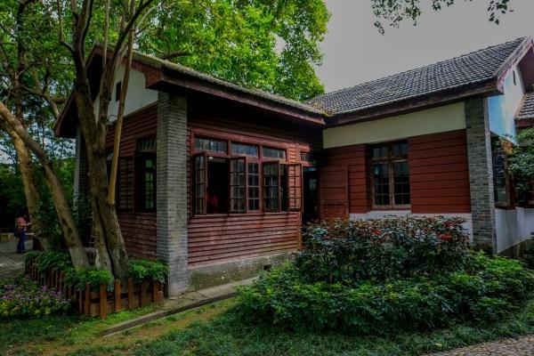 这是一幢木结构的俄式建筑,平面为凸字形.