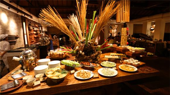 餐厅介绍:巴厘岛君悦酒店是一流的豪华度假村,坐落于努沙度瓦 (Nusa Dua) 的海滩沿岸,距巴厘岛国际机场仅 15 分钟车程, 古代庙宇和民俗景点也近在咫尺。 Pasar Senggol餐厅提供巴厘岛美食和欣赏手工艺品。不仅可以品尝到巴厘岛美食, 还可观赏到当地著名的巴龙舞表演,让您感受来自巴厘岛的民俗风情。吃喝,看表演尽在于此。 餐厅地址:Kawasan Wisata Nusa Dua BTDC, Nusa Dua  巴厘岛凯悦酒店自助晚餐:    (以上仅供参考,具体时令餐食出品以餐厅当天出品为准
