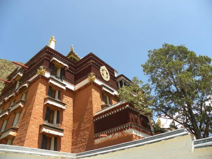 增盖宫殿式屋顶,上覆鎏金铜瓦或绿色琉璃瓦.