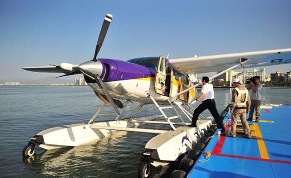 产品性能: 型号:美国塞斯纳208-675 发动机:普惠 PT6A-114A型 座位数:11 最大航程:1768公里 最大巡航速度:300公里/小时 最大巡航高度:6096 米 最大载重: :1588公斤 爬升率:314米/分钟 赛斯纳凯旋号(Caravan)单发涡桨多用途飞机作为世界上最受欢迎的多用途飞机,主要用于旅游观光、航拍航测、物探遥感、客货运输、通勤航空、人工增雨、森林防火等业务。在加装浮筒后,可作为水陆两栖型飞机,最多可以搭载12名乘客,时速达300公里/小时,飞机在水面起降时所需跑道仅800